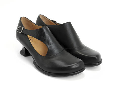 Gracias Noir Side buckle shoe with cutout