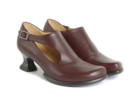 Gracias Cherry Side buckle shoe with cutout
