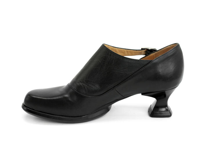 Gracias Black Side buckle shoe with cutout