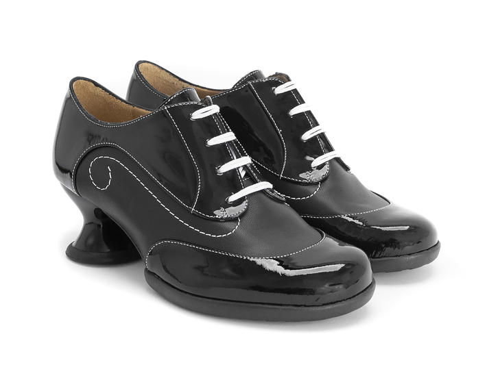 Generous Black Lace-up shoe with stitching