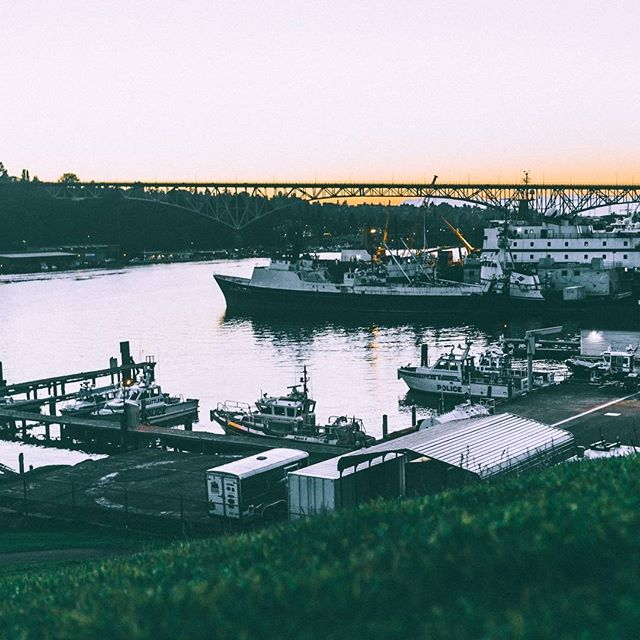"""Here is the tail end of a sunset over the Fremont Cut. This canal connects Lake Union to the Puget Sound through Seattle."" @…"